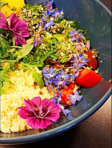 La salade complète avec les fleurs comestibles